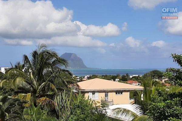 Rivière-Noire à vendre maisonnette de 2 chambres et bureau, offrant une suberbe vue sur le Morne et l'Océan. Le tout situé dans une petite résidence avec piscine commune.