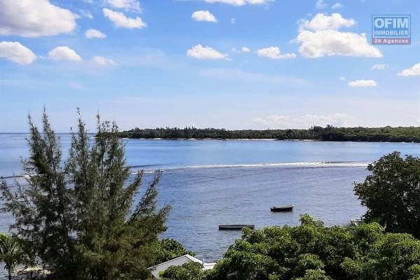 Tamarin à louer superbe penthouse de 3 chambres situé dans une résidence sécurisée et offrant une vue imprenable sur le lagon et la baie de Tamarin.