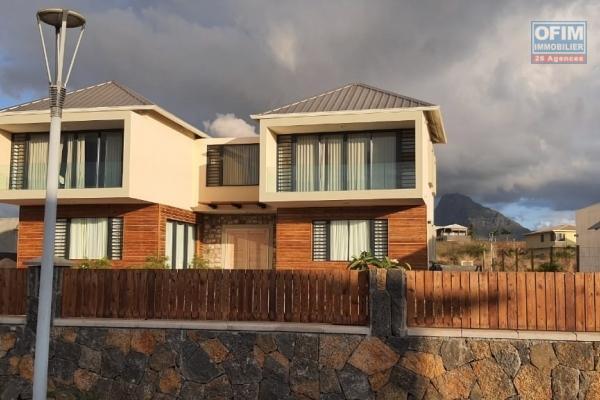 Flic en Flac à louer villa neuve contemporaine 4 chambres avec piscine située dans un domaine de prestige et sécurisé au calme.