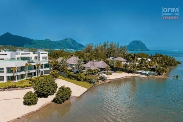 Appartement haut de gamme pieds dans l'eau en toute propriété de 3 chambres à coucher accessible aux étrangers sur un îlot à Rivière Noire, île Maurice.