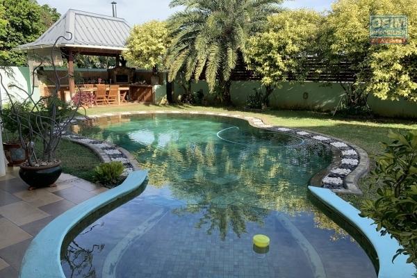 Flic en Flac à vendre magnifique demeure 4 chambres plus un studio avec piscine et double garage, située dans un quartier résidentiel et calme.