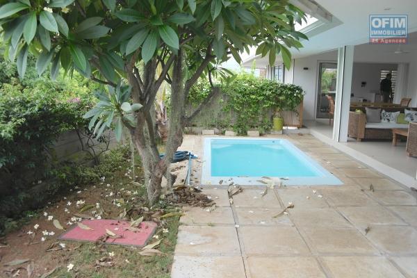 Tamarin à vendre agréable et lumineuse villa récente avec piscine, garage au calme et qui possède une vue imprenable