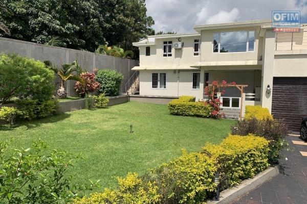Floréal à louer grande villa 5 chambres et 2 garages, situé dans un quartier résidentiel et réputé, un véritable havre de paix.