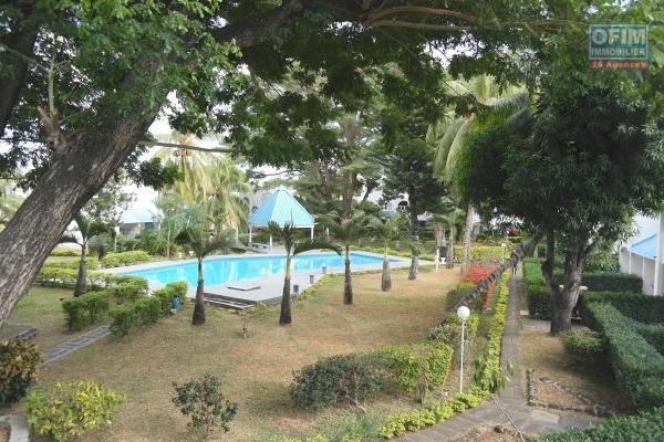 Flic en Flac à louer  duplex 3 chambres au cœur du village dans une résidence sécurisée avec piscine commune.