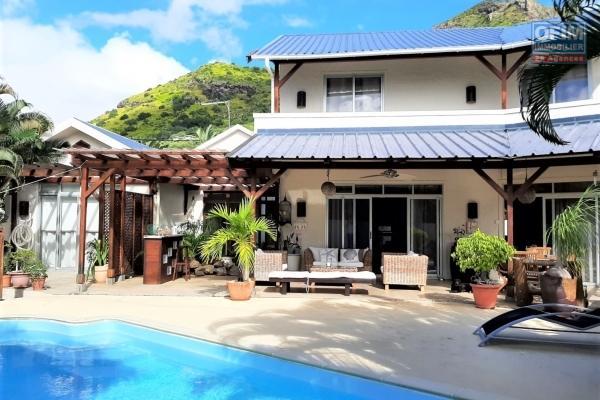 Tamarin à vendre charmante maison de 4 chambres + guest cottage, située au pied de la montagne dans une zone résidentielle appréciée.