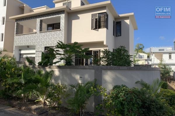 Flic en Flac à louer récente villa 3 chambres, un bureau et un garage située dans un quartier paisible.
