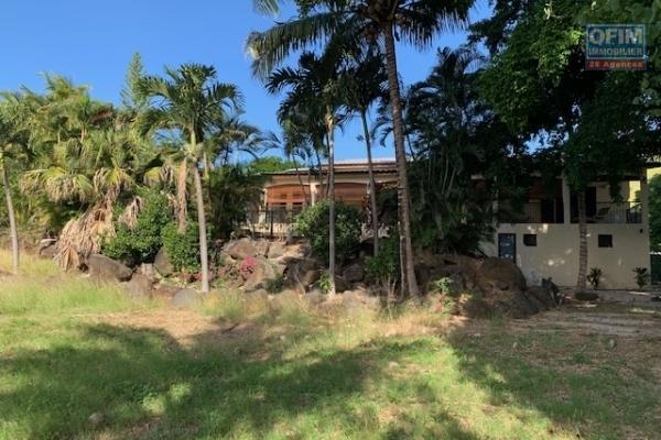 Tamarin à vendre charmante et grande villa avec piscine qui possède un immense terrain clos et arboré.