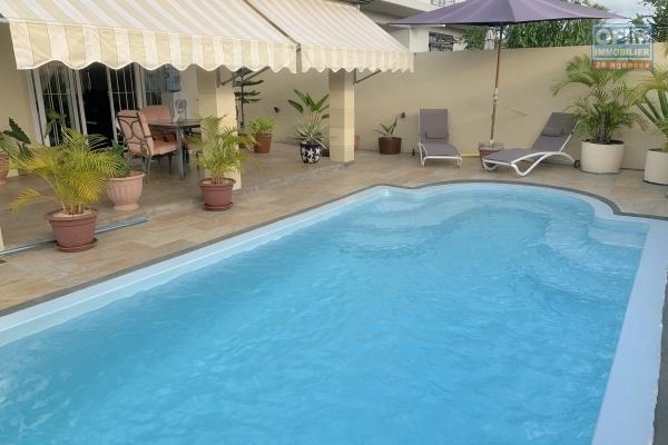 Flic en Flac à louer belle villa 3 chambres avec garage, piscine et une vue imprenable, situé dans un quartier résidentiel et calme.