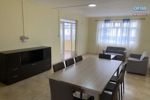 Curepipe Forest side à louer appartement 3 chambres entièrement rénové avec parking et garage, résidence sécurisée 24H/24H en cœur du centre ville.