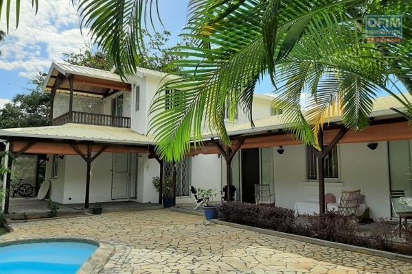 Rivière-Noire à louer charmante maison de 4 chambres dans grand jardin avec piscine.