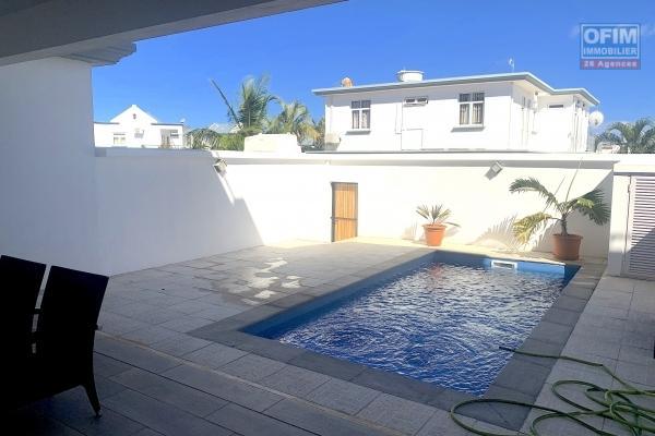 Flic en Flac à louer récente villa duplex trois chambres avec piscine située dans un quartier calme et résidentiel