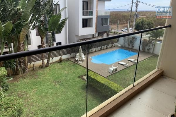 Flic en Flac à vendre récent appartement 3 chambres situé dans une résidence sécurisée avec piscine et ascenseur, proche des commodités.