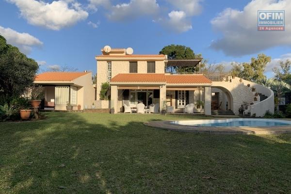 Tamarin à louer villa de charme cinq chambres avec piscine et un immense jardin arboré est clos.