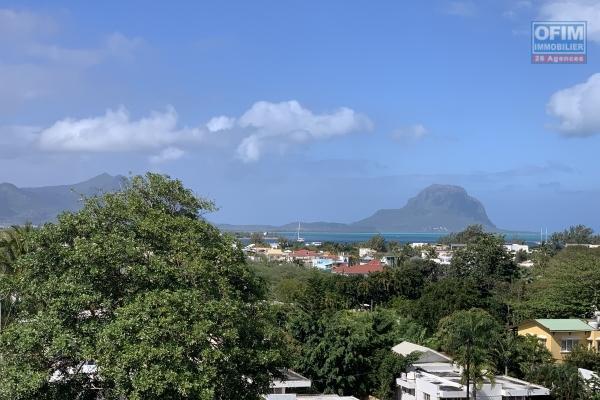 A louer Luxueux penthouse avec vue sur les montagnes et l'océan situé dans un complexe résidentiel à Rivière Noire.