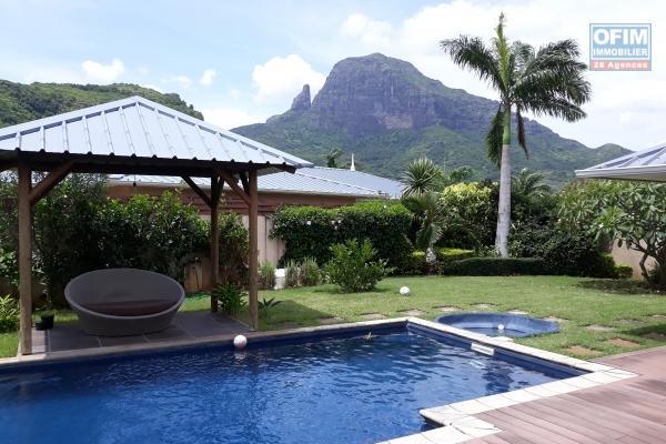 Cascavelle à louer villa 4 chambres avec piscine, tennis, salle de sport et terrain de boules de pétanque, située dans une résidence sécurisée.
