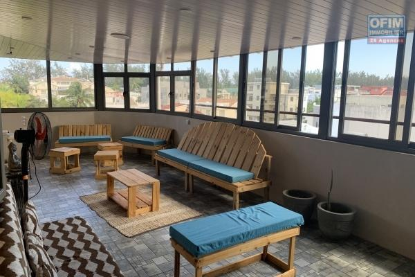 Flic en Flac à louer penthouse 2 chambres situé au troisièmes étages sans ascenseur. Il se trouve à 50 mètres de la plage au calme avec une vue imprenable.