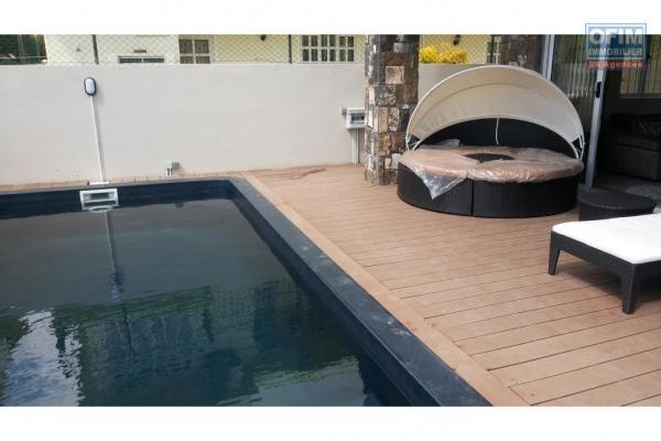 Location bel appartement F4 pied dans l'eau avec piscine à Grand Baie.