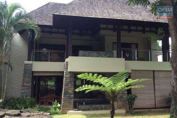 Tamarin en location une magnifique villa neuve et contemporaine 3 chambres avec piscine et double garage dans un morcellement sécurisé et recherché.