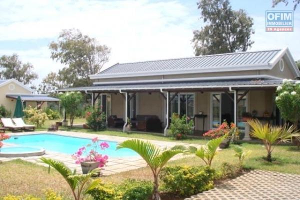 A louer sur Rivière Noire agréable villa de 5 chambres et 1 bureau au bord du lagon, une belle opportunité de vivre pieds dans l'eau.