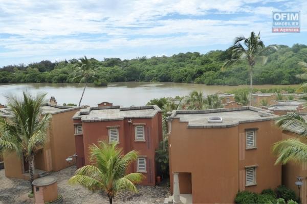 T4 à louer à Pereybère dans une résidence sécurisée avec piscine commune et proche de la plage.